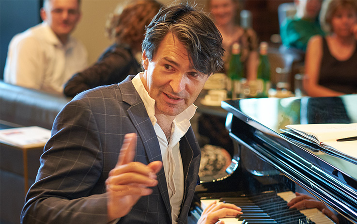 Schreiben Ist Ein Suesses Gift Foto Mann am Klavier.